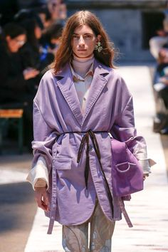 See all the Collection photos from Acne Studios Autumn/Winter 2018 Ready-To-Wear now on British Vogue Acne Studios, Boho Outfits, Fashion Outfits, Fashion Weeks, Winter Stil, Mode Editorials, Couture, Colorful Fashion, Runway Fashion