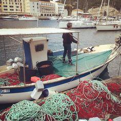 #tbt Un pêcheur dans le port de Bonifacio en Corse.  C'est non loin de cette magnifique ville que nos couteaux #leberger sont fabriqués à la main. #portfranc by portfranc
