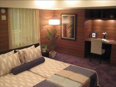 インテリアコーディネート ベッドルーム・寝室|壁を木にすることでぐっと落ち着いた印象に。組み合わせた紫のカーペットがポイントです。ベッドリネンにも同じ色を入れてテーマカラーに。