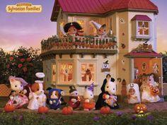 Tout le monde a trouvé son costume pour la fête d'Halloween chez la famille Écureuil ce soir. #sylvanianfamilies #halloween