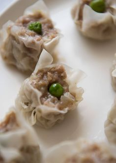 The Japanese version of steamed dumpling, shumai (or shao mai) is quite easy to make. It only contains pork mince, onion and few typical Japanese seasonings, but it tastes so good. Easy Salad Recipes, Asian Recipes, Appetizer Recipes, Appetizers, Japanese Recipes, Vietnamese Recipes, Chinese Recipes, Chicken Spring Rolls, Steamed Dumplings