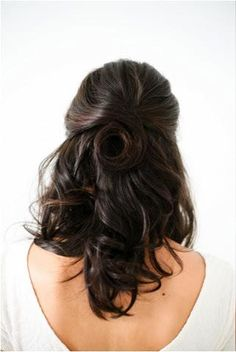 This half-up, half-down hairstyle works on all hair lengths. #halfup #hairstyles