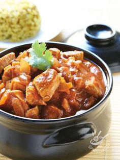 Lo Spezzatino di pollo alle cipolle stufate è un classico della cucina rustica contadina toscana, molto amato per il suo gusto tradizionale.