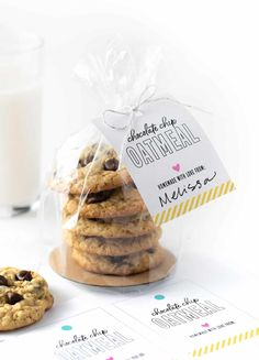 Plastic bag of chocolate chip oatmeal cookies with printable cookie gift tag Source by persialou bags Biscuits Packaging, Baking Packaging, Dessert Packaging, Packaging For Cookies, Packaging Ideas, Gourmet Cookies, Cookie Gifts, Food Gifts, The Cream