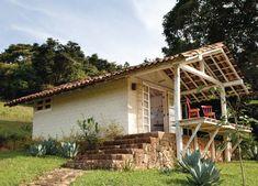 Casa pequena com tijolinho, cimento queimado e estrutura de madeira - Casa