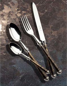 Coutelier d'art depuis 1876, Alain Saint-Joanis crée la gamme de couverts de table Poudre or, en métal argenté et laque or.