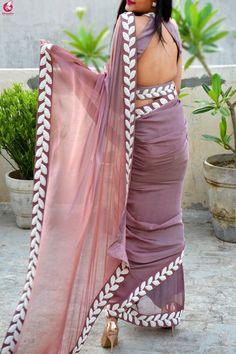 comprar sari pintado a mano malva en línea en india colorauction ! kaufen sie lila handgemalte saree online in indien colorauction Trendy Sarees, Stylish Sarees, Fancy Sarees, Designer Blouse Patterns, Saree Blouse Patterns, Saree Blouse Designs, Designer Saree Blouses, Chiffon Saree, Silk Chiffon