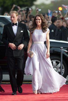 uli 2011: Ein fliederfarbenes Kleid von Alexander McQueen machte die Herzogin von Cambridge zum Blickfang der Bafta-Gala in Los Angeles. Dazu silberfarbene Plateausandalen von Jimmy Choo