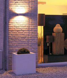 l'esterno di un negozio illuminato da un applique con luci led bianco caldo