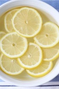 How To (Steam!) Clean a Microwave Quickly & Easily: about cup water with some lemon or lime juice in a microwave safe bowl. Put on high for about 4 minutes until it boils. Let it sit/steam up for 2 minutes. Remove bowl and wipe clean. Steam Cleaning, House Cleaning Tips, Cleaning Hacks, Cleaning Wipes, Hacks Diy, Steam Clean Microwave, Limpieza Natural, Clean Sweep, Household Cleaners