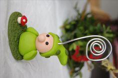 Wichtel aus MiraJolie mit Fliegenpilz als Fotoständer Inspiration, Christmas Ornaments, Holiday Decor, Fondant, Home Decor, Jars, Cold Porcelain, Holiday Decorating, Play Dough