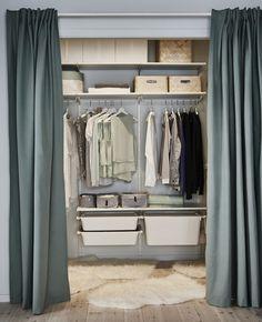 Ein begehbarer Kleiderschrank mit allem, was dazu gehört: Jeder Menge flexibler Aufbewahrung dank ALGOT Wandschiene/Boden/Dreierhaken weiß, etwas frischer Farbe und einem Vorhang, um ihn vom Rest des Schlafzimmers abzutrennen.