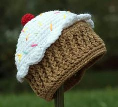 How to a Crochet Cupcake Hat Free Crochet Pattern Crochet Geek Crochet Geek, Crochet Cap, Crochet Amigurumi, Crochet Beanie, Cute Crochet, Crochet Crafts, Crochet Projects, Hand Crochet, Crochet Cupcake Hat