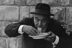 Ferdinando Scianna, Mani che mangiano, Sicilia 1961