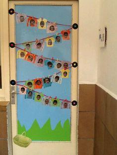 Porta decorada amb fotos dels alumnes de l'aula