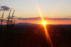 Was gibt es besseres an einem schönen Sommerabend den Sonnenuntergang zu genießen. #derwiesenhof #wohlfühlhotelwiesenhof #wanderurlaub #naturpur Wind Turbine, Celestial, Sunset, Outdoor, Summer Evening, Hiking, Outdoors, Sunsets, Outdoor Games