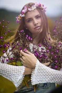 Fotograf Eduarda will Flowers von José Roberto Rodrigues Araújo auf Girls With Flowers, Flowers In Hair, Flower Hair, Spring Girl, Hair Wreaths, Romantic Flowers, Hippie Gypsy, Floral Style, Bridal Headpieces