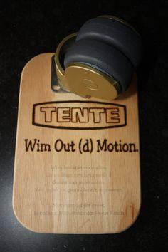 Voor iemand die met pensioen gaat, een houten bordje gebrand met hierop het bedrijfslogo en een persoonlijke tekst. Het bedrijf verkoopt allerlei soorten wieltjes. Daarom ook nog een wieltje op het plankje gemonteerd.