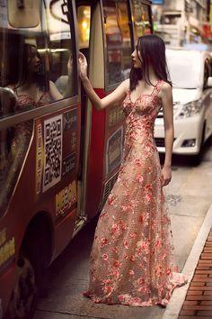 Campanha Coleção Hong Kong Primavera/Verão 2016 SS16 China. Vestido de festa longo, floral, pêssego, laranja, bordado