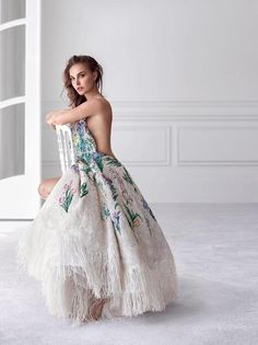 Natalie Portman fronts Miss Dior's new campaign for its 'Eau de Parfum' reincarnation. The American actress strips down in the sultry advertisements captured by… Miss Dior, Nathalie Portman Style, Natalie Portman Sexy, Moda Peru, Christian Dior, Actrices Hollywood, Up Girl, The Dress, Beautiful Actresses