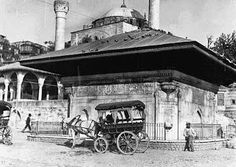 Sultan III. Ahmed Çeşmesi, Üsküdar Meydanı (arkada Mihrimah Sultan Câmii) Pictures Of Turkeys, Old Pictures, Old Photos, Vintage Photos, Turkey History, Art History, Istanbul Pictures, Ottoman Empire, Historical Pictures
