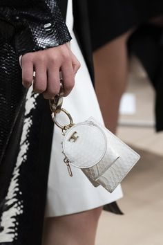 Tod's Spring 2020 Fashion Show Details. All the fashion runway close-up details, shoes, and handbags from the Tod's Spring 2020 Fashion Show Details. Fashion 2020, London Fashion, Fashion Show, Mini Handbags, Purses And Handbags, Fashion Handbags, Fashion Bags, Fashion Fashion, Runway Fashion
