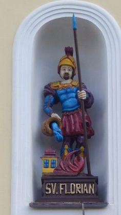 """Svatý Florián v Ochoze u Tišnova - Legenda o svatém Floriánovi     Svatý Florián, jehož jméno je z latinského slova """"florianus"""" a v překladu znamená """"kvetoucí, rozkošný"""" patří mezi nejpopulárnější české světce. Jeho památka je oslavována 4. května a stal se patronem všech hasičů, kominíků, hrnčířů, kovářů a zedníků."""