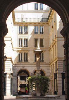Aspect intérieur de la Cour des fermes 15, rue du Louvre Paris 75001. Hôtel Séguier dit Hôtel des Fermes. Immeubles reconstruits en 1892 par Henri Blondel.