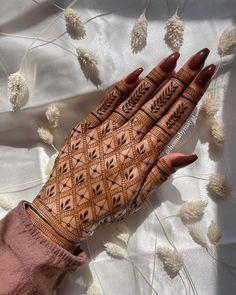 Circle Mehndi Designs, Mehndi Designs Front Hand, Pretty Henna Designs, Modern Henna Designs, Latest Henna Designs, Henna Tattoo Designs Simple, Finger Henna Designs, Henna Art Designs, Mehndi Designs For Beginners