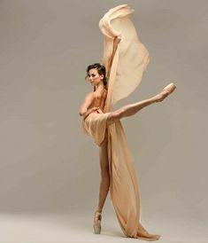 Ballerina Poses, Ballet Dance Photography, Ballerina Project, Ballet Pictures, Dance Pictures, Ballet Art, Ballet Dancers, Ballerinas, Ballet Russe