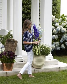 The Memorial Day holiday is the unofficial start of summer and trips to the… Die Hamptons, Hamptons House, Preppy Style, Her Style, Hamptons Fashion, Memorial Day Holiday, Aerin Lauder, East Hampton, Hampton Style