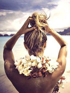 Cheveux gainés de sel marin + collier de fleurs + bronzage caramel = le bon mix