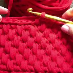 Acho esse ponto lindo para bolsas e cestos, fiz algumas bolsas com ele e fica lindo! Crochet Diy, Unique Crochet, Crochet Home, Crochet Motif, Knitting Stitches, Knitting Patterns, Crochet Handbags, Crochet Videos, Tunisian Crochet