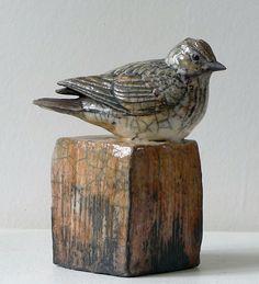 Catherine Chaillou - not sure but think it may be Raku ? Clay Birds, Ceramic Birds, Ceramic Animals, Clay Animals, Ceramic Clay, Art Sculpture, Pottery Sculpture, Animal Sculptures, Raku Pottery