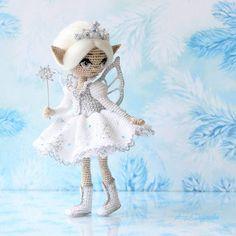 """WEBSTA @ adudakova - С Новым годом, друзья! С Новым счастьем! ⛄❄А у нас здесь, с утра , была фотосессия на ледовом катке)  Знакомьтесь - Лоссэа, что значит """"белая,  как снег """"Дом нашла!  ________________#снежинка #подарок #сновымгодом #белаякакснег #белый #Aktau #Алёна_handmade #вязание_крючком #сказка #волшебство #кукларучнойработы #amigurumidoll #текстильнаякукла #artdoll #collectiondoll #crochet #Aktau #москва #питер #санктпетербург #Екатеринбург #miniature #örgüoyuncak #фея"""