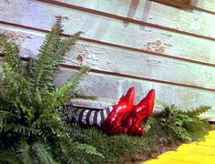 About the classic Wizard of Oz movie: Cast interviews, behind the scenes, costumes & lots more - Click Americana Kitsch, Wizard Of Oz 1939, Wizard Of Oz Shoes, Wizard Of Oz Movie, It's All Happening, The Rocky Horror Picture Show, Broadway, Land Of Oz, Ruby Slippers