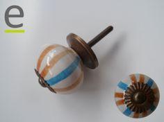 Pomoli di ceramica per mobili, colorato a strisce marroni ed azzurre. Ghiera e minuterua metallica del pomello per armadi con finitura anticata. Diametro circa 35 mm.