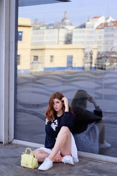 Cómo combinar una minifalda blanca en otoño- Martina Lubián