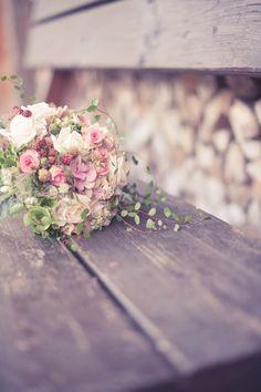 Manuela Kalupar Butterfly Wedding, Butterfly Flowers, Flower Bouquet Wedding, Romantic Weddings, Romantic Places, Vintage Weddings, Sei, Watercolor Christmas Cards, Alexander Mcqueen Dresses