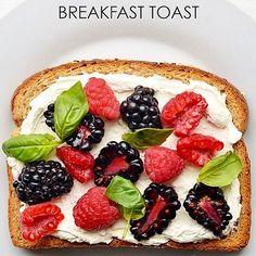 Найдена формула идеального тоста Одна из главный трудностей в приготовлении завтрака – поджарить золотистый тост и смазать его маслом. Часто тост подгорает или остаётся бледным, а масло растапливается или остаётся твёрдым. Британская исследовательская группа «Genius Gluten Free» после серии экспериментов вывела формулу идеального тоста. Кусочек хлеба следует поджаривать в тостере 128 секунд, а затем оставить на 22 секунды и только после этого наносить тонкий слой мягкого масла.