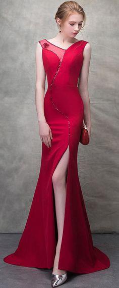 5291adff940 Robe de cocktail rouge longue fendue à jeu de transparence ornée de bijoux