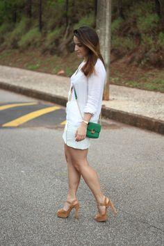 Look compras na Forever 21: Saia couro branca + Colar de franjas + Mini bag verde - Drops das Dez