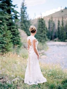 A keyhole wedding dress is perhaps one of the most elegant and exquisite wedding gowns ever – just imagine how you can make a statement with that! You can choose almost any style: chic vintage, modern luxurious or even stylish minimalist.