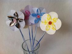 These button paper flowers are super adorable. This is a fun and simple DIY craft kids can make for Mom as a gift for Mother's Day. Materials paper straw scissors glue Use nice and colorful craft paper and make a beautiful bouquet for Mom. Easy Diy Crafts, Diy Crafts For Kids, Art For Kids, Craft Ideas, Mothers Day Special, Diy Mothers Day Gifts, Spring Crafts, Holiday Crafts, Tissue Paper Roses