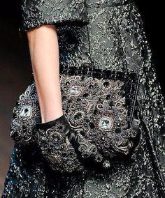 """Color inspiration: El Negro... ❤️❤️ ...""""Cuando encuentro un color más oscuro que el negro, lo llevaré... Hasta entonces, seguiré usando el negro..."""" Coco Chanel"""