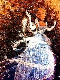 Faut-il traverser les miroirs ou les murs pour vivre ses rêves ? / Cendrillon par Disney. / Disney Cinderella. /  Street Art.
