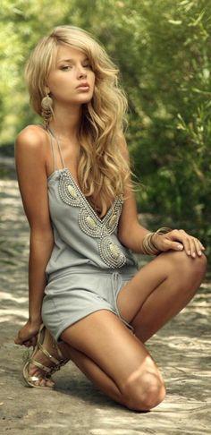 un combi-short moderne et élégant, blonde femme, bijoux en or