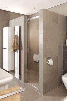 De schuifdeur van de inloopdouche van de Soft Line badkamer is geheel profielloos en sluit direct aan op de wand.