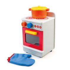 L'enfant pose la marmite à cuire sur cette cuisinière en bois, et glisse un plat au four. Il manipule ces instruments pour imiter les gestes de ses parents et reproduire des scènes de son quotidien.