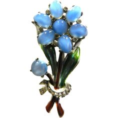 Gorgeous Chalcedony cabochon flower fur pin or brooch. 1940s had some of the most beautiful brooch's and fur pins , these were worn on everything from